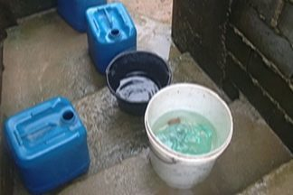 Moradores de Santa Isabel estão há sete dias sem água - Baldes e recipientes estão sendo utilizados para armazenar água no bairro Eldorado.