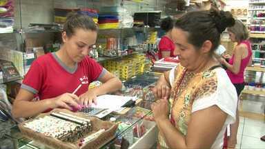 Procon faz pesquisa de preços de material escolar - Alguns pais estão fazendo as compras no Paraguai.