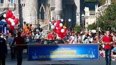 Jogadores do Internacional participam de desfile na Disney - D'Alessandro aproveitou para bater papo com R9 e R10 na ocasião.