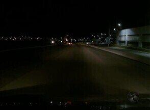 Motoristas reclamam da falta de iluminação da BR-104, em Caruaru - Situação prejudica que passa pela rodovia.
