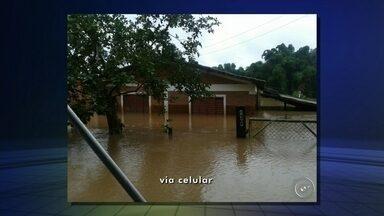 Vinte famílias de Boituva não conseguem voltar para casa após as chuvas - Em Boituva (SP), 20 famílias continuam sem poder voltar para as casas. O repórter Artur Vergennes tem mais informações.