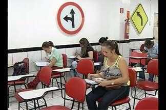 Falta de simulador prejudica aulas em autoescolas - Aulas em simulador agora são obrigatórias.