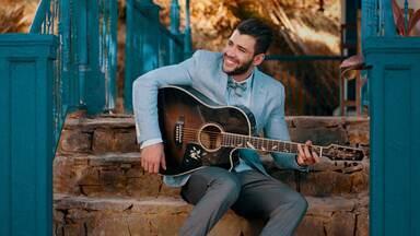 """Gusttavo Lima em clipe """"Quem Vem de Longe"""" - Sertanejo interpreta a canção que está na trilha de 'Êta Mundo Bom!'"""