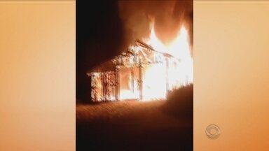 Incêndio destrói rancho de pescadores na Praia do Campeche - Incêndio destrói rancho de pescadores na Praia do Campeche