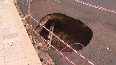 Cratera no asfalto prejudica o trânsito na Rua Garibaldi em Ribeirão Preto - Motoristas mostram que asfalto está oco e pode desmoronar a qualquer momento.