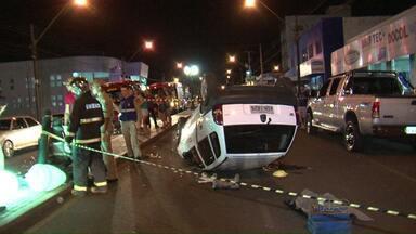 Veículo capota depois de acidente na avenida Tupi, em Pato Branco - Antes de capotar, o veículo bateu em um outro carro e num poste de iluminação, que fica no canteiro central da avenida.