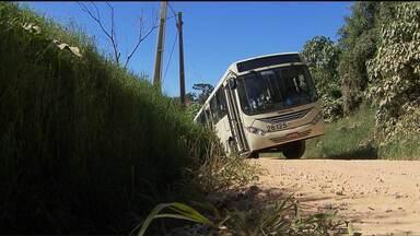 Ônibus cai em valeta na região metropolitana de Curitiba - Os moradores dizem que esse tipo de acidente é frequente e reclamam do descaso por parte das autoridades responsáveis.