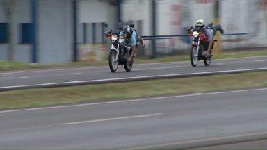 Motoqueiros disputam racha em perímetro urbano da BR 277 - O flagrante foi feito pelo repórter cinematográfico Zito Terres