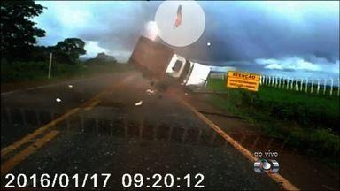 Motorista fala sobre 'susto' ao filmar acidente em passageiro foi arremessado, na BR-158 - O estoquista Humberto de Oliveira, que cedeu as imagens que mostram o momento em que uma caminhonete capotou na BR-158, em Jataí, no sudoeste de Goiás, diz que ficou assustado com o acidente. No vídeo é possível ver que o veículo atravessou a pista, girou várias vezes no ar, fazendo com que o passageiro fosse arremessado a cerca de 20 metros.