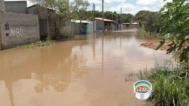 Rio Atibainha transborda e deixa desalojados em Bom Jesus dos Perdões - Casas foram alagadas e moradores passaram o fim de semana contabilizando os prejuízos.