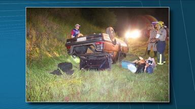 Motorista capota o carro na entrada do trevo da Warta - O acidente foi no ontem à noite. O motorista ficou ferido e está internado no Hospital Universitário de Londrina