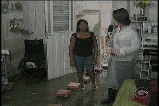 Chuva que caiu no domingo (17) causou alguns transtornos em Petrolina - Em alguns bairros, os moradores ficaram completamente ilhados.