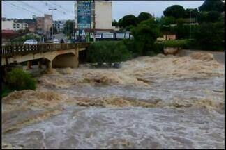 Rio Itapecerica chama atenção da população de Divinópolis por conta do aumento do nível - Muitas pessoas saíram de casa para ver o rio. Outros rios do Centro-Oeste também estão cheios. Em Carmo do Cajuru, o nível do Rio Pará subiu e arrastou aguapés.