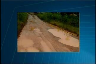 VC no MGTV: Telespectador registra buracos e acúmulo de lama em bairro de Pedra do Indaiá - Segundo ele, o problema já acontece há oito anos e durante as chuvas situação fica insuportável. Prefeitura disse que está tentando verba junto ao programa Pró-Município para asfaltar no local.