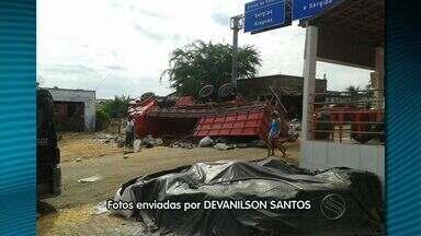 Caminhão carregado de milho tomba em Porto da Folha - Caminhão carregado de milho tomba em Porto da Folha.