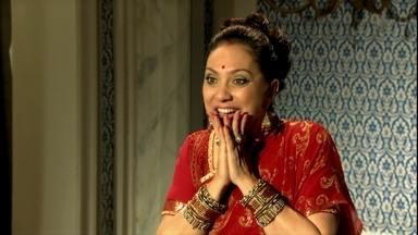 Opash e Indira comemoram casamento de Duda - Surya sente ciúmes de Camilla