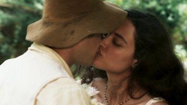 Filomena e Candinho se beijam - Cunegundes flagra e expulsa o rapaz de sua casa. Candinho pede para levar Policarpo
