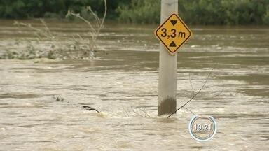 Cheia do rio Paraitinga causa angústia em moradores de São Luiz - Rio está quase quatro metros acima do normal.