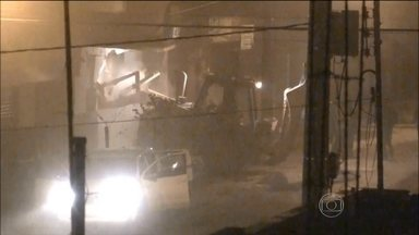 Presos no Paraná suspeitos de roubar bancos derrubando paredes - Bandidos usavam retroescavadeiras para derrubar paredes de agências. Em um ano, grupo roubou 22 bancos; 21 pessoas foram presas.