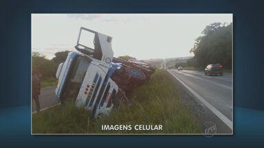 Caminhão carregado com cerveja tomba na Rodovia Luiz de Queiroz - O veículo ficou tombado no canteiro central da via.