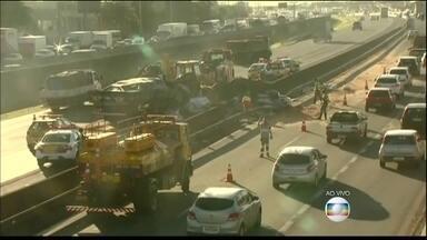Grave acidente deixa um morto e bloqueia três pistas da Rodovia Anhanguera (SP) - Um caminhão, carregado de areia, bateu em outro, que transportava peças automotivas, no sentido capital paulista. Uma pessoa morreu e outras duas ficaram feridas.