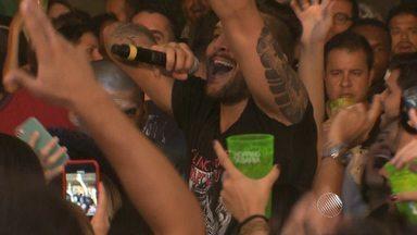 Felipe Pezzoni canta no meio do público em ensaio de verão na capital baiana - Veja como foi a festa.