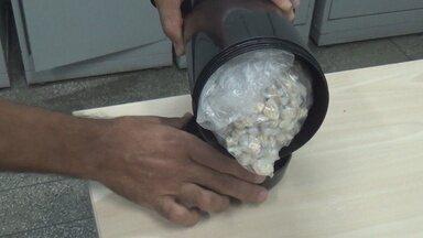 Polícia prende quadrilha que comercializava drogas na Zona Leste de Manaus - Entorpecentes estavam escondidos em uma garrafa de café.