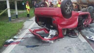 Motorista de carro morre em acidente com caminhão na rodovia Rio-Santos - Carro bateu em um veículo, atravessou a pista e colidiu com caminhão. Rodovia precisou ser interditada e opera no sistema 'pare e siga'.