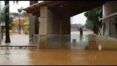 Afluente do Rio São Francisco transborda e assusta cidades da Bahia - A água já está quase encostando na ponte que une as duas cidades às margens do Corrente: de um lado, São Félix do Coribe, e, do outro, Santa Maria da Vitória.