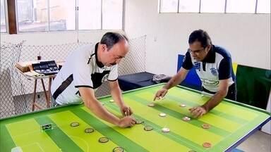 Jogo de botão é regulamentado pelo Ministério do Esporte - A brincadeira de criança virou atividade de adulto e tem até campeonato.