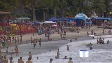 Zumba anima turistas na praia no litoral norte - Veja como foi a atividade na praia Martin de Sá.