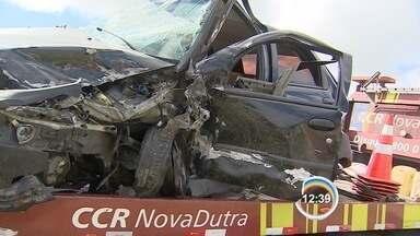 Cinco ficam feridos em acidente na Dutra - Policial dirigiu pela contramão até bater em carro onde estava família.