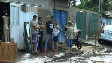Afetados pela chuva ainda limpam casas e temem riscos de doenças - Cerca de 700 pessoas ficaram desalojadas em Goiânia, dizem bombeiros. População têm medo da dengue e SMS alerta sobre a leptospirose.