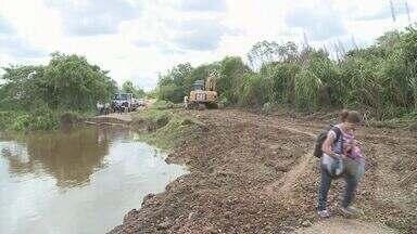 Estrada destruída por enchente passa por obras em Iguape - Rodovia liga o centro da cidade a zona rural do município. Uma obra de emergência está sendo feita no local.