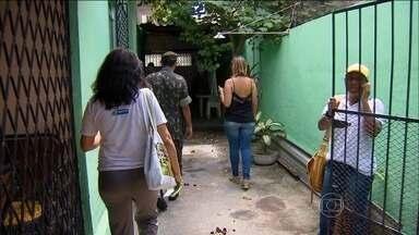 Exército entra na guerra contra a dengue no Recife - Soldados e agentes de saúde vistoriaram casas em duas regiões onde é grande a incidência do mosquito da dengue. Eles colocaram larvicidas em baldes com água e eliminaram possíveis focos do Aedes aegypti.