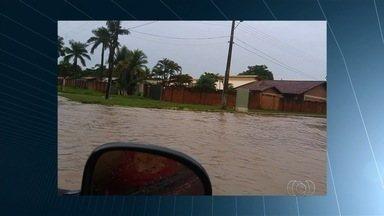 Chuva forte alaga ruas e invade quintais de casas em Aruanã - População registrou imagens da força da água, que tomou conta da cidade.