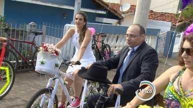Casal de São José realizou sonho de ter um casamento diferente - O casamento deles foi sobre duas rodas.