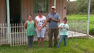 Famílias de agricultores em Laranjeiras do Sul continuam fora de suas casas - As propriedades foram invadidas por índios em dezembro do ano passado.