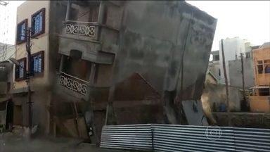 Moradores escapam de desabamento de prédio na Índia - Acidente aconteceu enquanto pedreiros escavavam um terreno ao lado do edifício. Felizmente, ninguém se feriu.