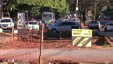 A construção de uma ciclovia em uma importante avenida de Maringá está parada - A obra está parada há quase um mês na avenida 19 de dezembro