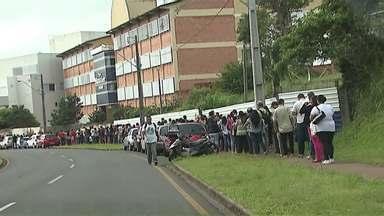 Fila gigante de eleitores marca o penúltimo dia do cadastro biométrico - Prazo acaba às 18h de sexta-feira (29)