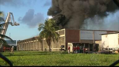 Incêndio em fabrica de sandálias em João Pessoa - O incêndio começou por volta das 4h da manhã em um galpão de uma fábrica de sandálias no Distrito Industrial em João Pessoa.