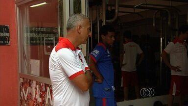 Vila apresenta jogadores e mantém mistério no time - Diretoria apresenta zagueiro Anderson e lateral Rhuan; técnico não revela escalação para o clássico.