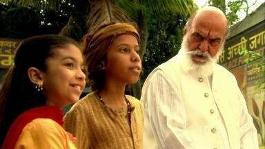 Anusha é repreendida por Shankar por andar com dálites - O pai da menina não gosta nada de ver a filha com pessoas da outra casta