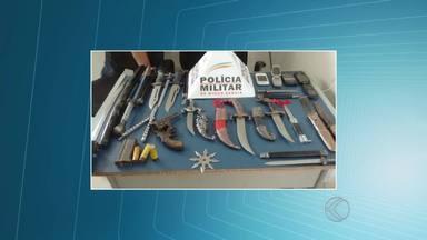 PM encontra armas e espada ninja na casa de suspeito de roubo em MG - Objetos estavam em imóvel em Torreões, distrito de Juiz de Fora.Homem de 28 anos está detido por agredir e assaltar idosa em Barbacena.