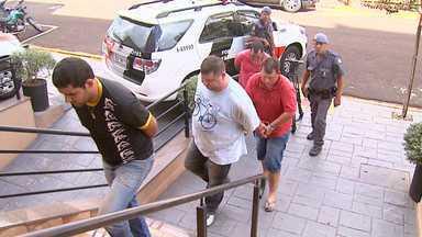 Quatro são detidos com cigarros supostamente contrabandeados em Sertãozinho, SP - Suspeitos levavam a carga em dois caminhões e dois carros pela Rodovia Carlos Tonani na tarde de quinta-feira (27).