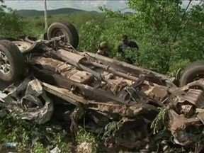 Carro do governo de PE colide com carreta e deixa um morto na BR-232 - Acidente foi registrado nesta quinta (28) no km 362, no município de Flores.