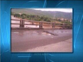Telespectadora reclama de buracos em ponte na BR-116, que dá acesso a Itaobim, MG - DNIT informou que obra de reparo começará na segunda-feira (1º).