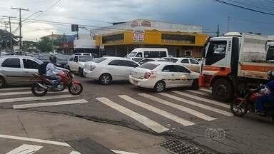 Sinaleiros ficam apagados e causam confusão em trânsito, em Goiânia - Cruzamento da T-9 com C-159 ficou congestionado durante a tarde desta quinta-feira (28).