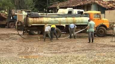 Moradores de Pirenópolis se unem para recuperar áreas alagadas - Equipes dos bombeiros ajudam a retirar lama e desentupir bocas de lobo. Carnaval está mantido, mas alguns estabelecimentos ficarão fechados.